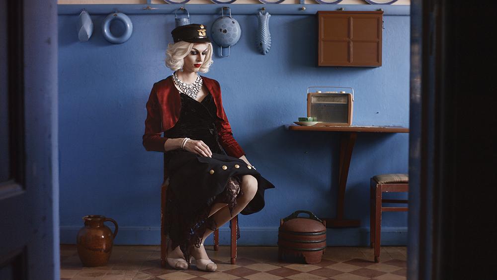 Dragperformer Atlanta Longlegs/Jakob Stefan Jensen som forfatter og jernbanearbejder Johanne Buchholtz. Optaget i Johannes Buchholtz' hus, der er en del af Struer Museum. Foto: Mads Hoppe.