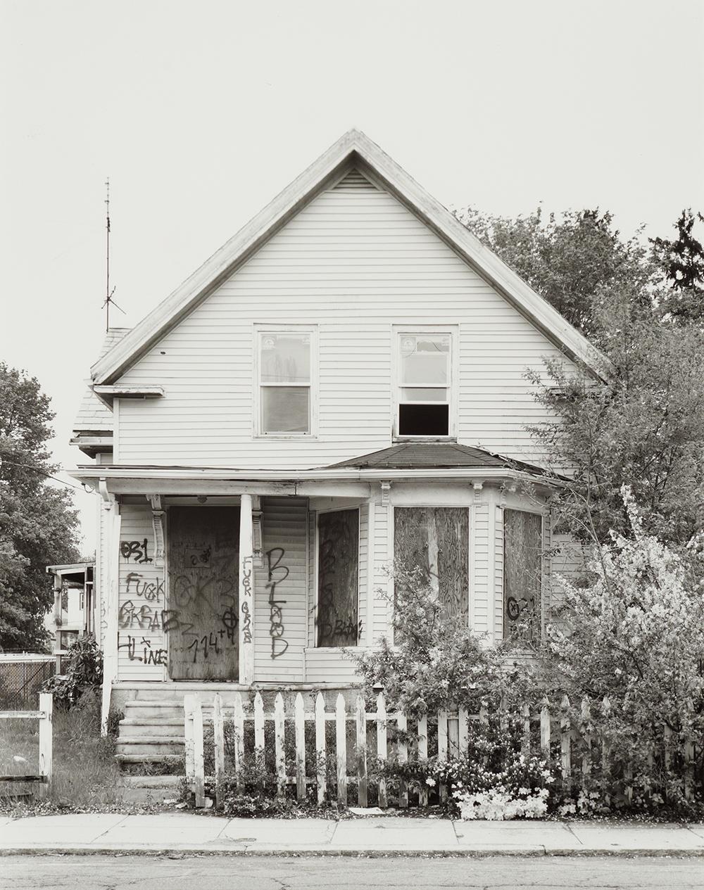 Joachim Koester, Some Boarded Up Houses 13, 2009-2013. Udvalg af fotografisk serie i 22 dele. Courtesy Nicolai Wallner.