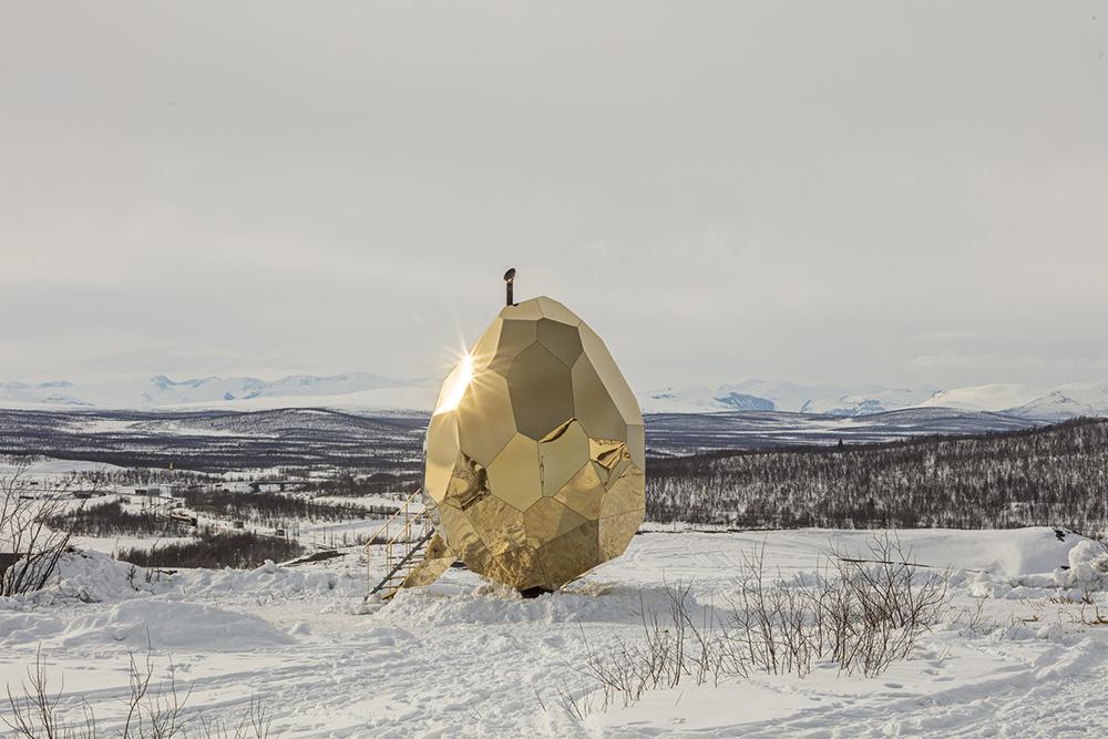 'Solar Egg' af Bigert & Bergström for Riksbyggen (2017). Installationsview, Kiruna, Sverige. Foto: Jean-Baptiste Béranger.