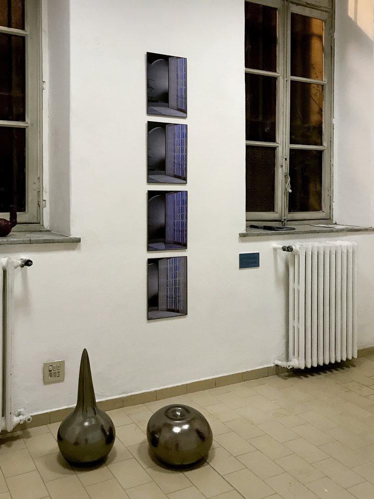 """Væg: Louise Bonde-Hansen """"Interior (window) I-IV."""" Gulv: Nour Fog """"Body Objects."""" Foto: Sonja Lillebæk Christensen."""