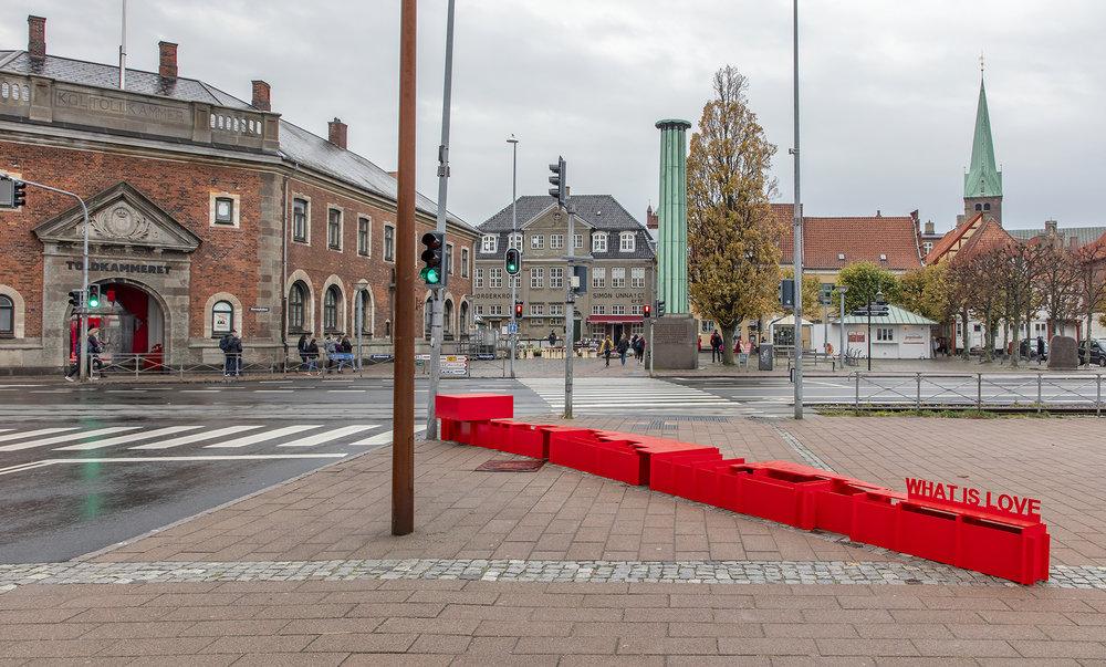 Anja Bache, Scenen er sat (Stationspladsen, Nedslag 1). Foto: Ole Akhøj.