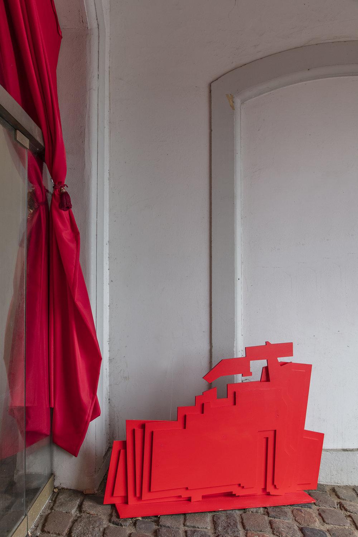 Anja Bache, Scenen er sat (Detalje, indgangsparti til Toldkammeret, Nedslag 2) Foto: Ole Akhøj.