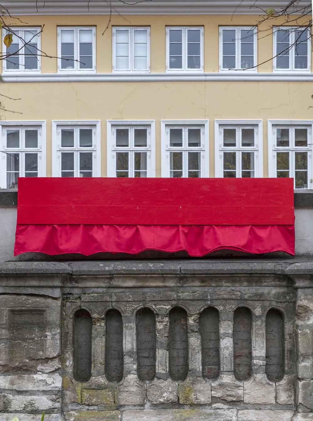 Anja Bache, Scenen er sat (Detalje, gårdrummet, Nedslag 4). Foto: Ole Akhøj.