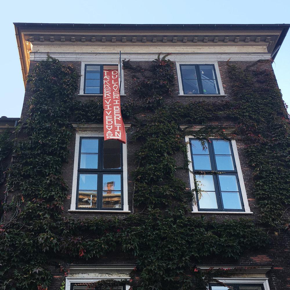 """Bannerdrop, Det Kgl. Danske Kunstakademi, okt. 2018: """"Tækker! Vi ved hvad du laver i Berlin!"""""""
