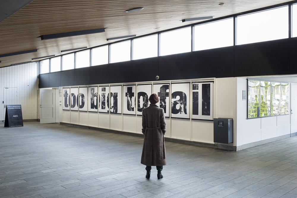 Oliver Ressler, Too Big to Fail (2011) på Sydhavn Station, installationsview, TRANSIT, KØS, foto: Mads Holm.