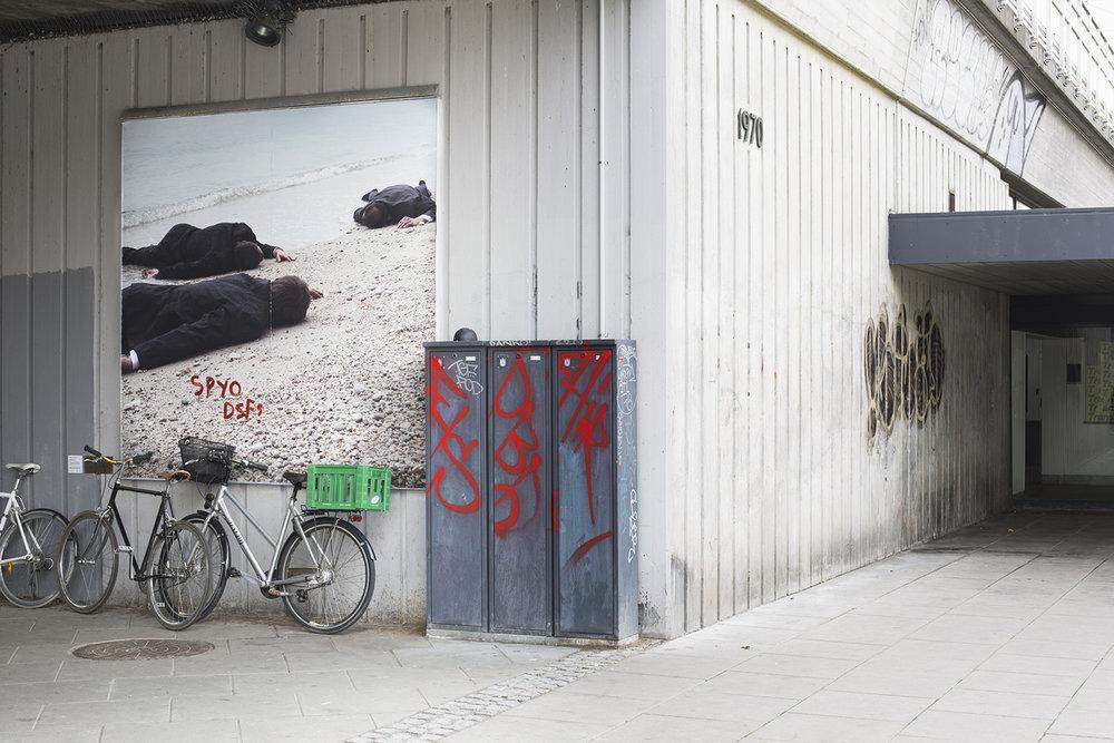 Oliver Ressler, Stranded (2015) på Sydhavn Station, installationsview, TRANSIT, KØS, foto: Mads Holm.