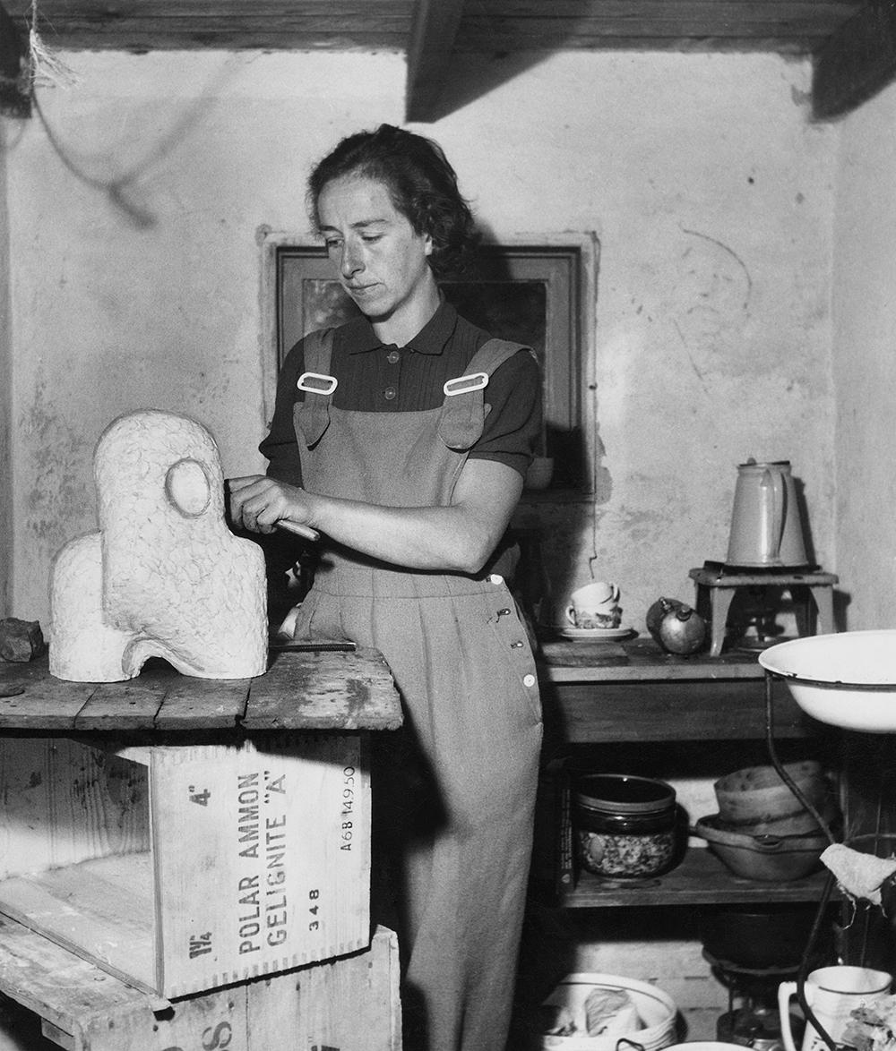 Sonja Ferlov Mancoba arbejder med skulpturen Den lille nænsomme, Gudhjem, 1951. Foto: Johnny Bonne.