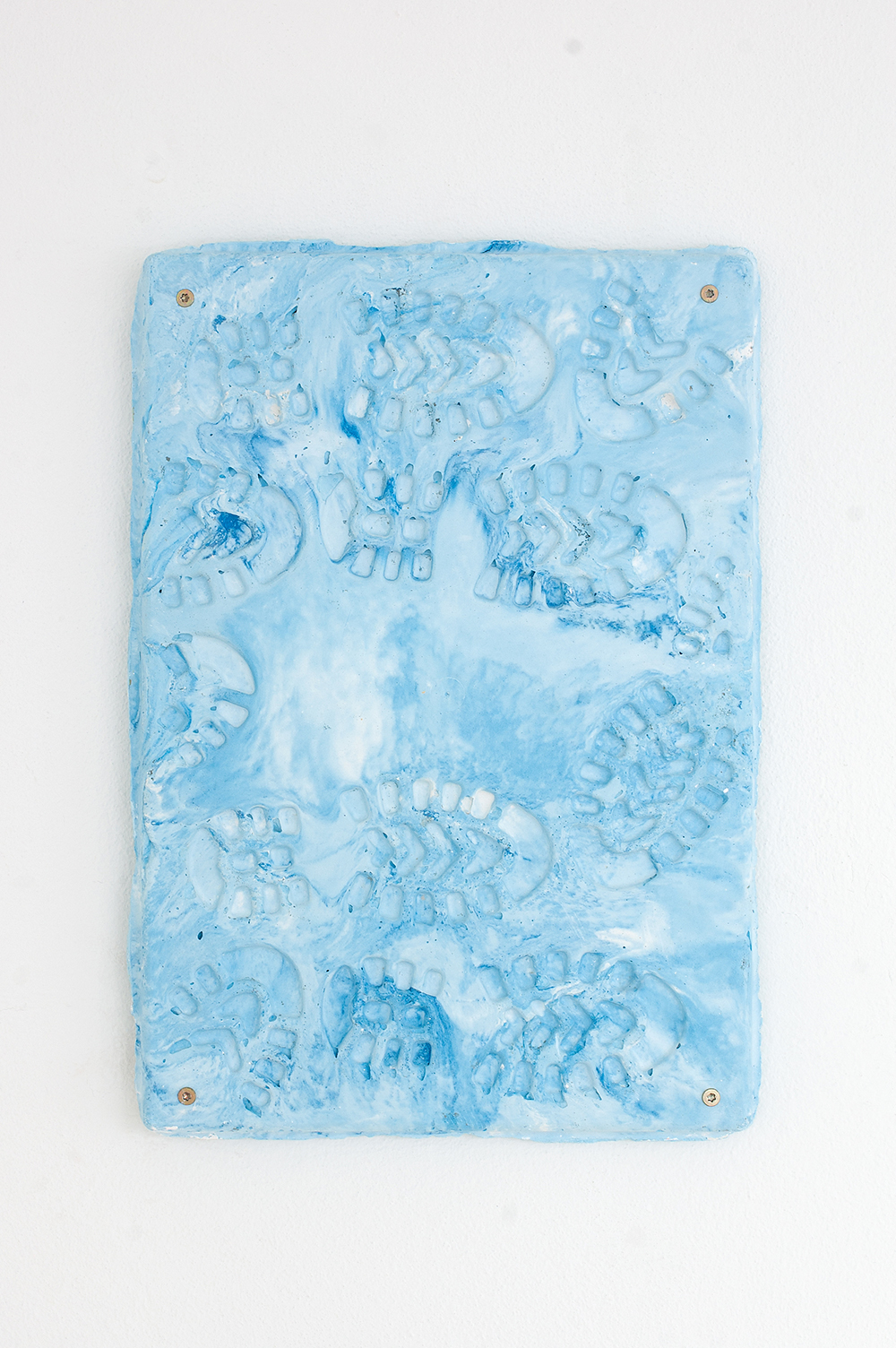 Johanne Skovbo Lasgaard, Jenka92, gips, akrylmaling, sølvglimmer, metal, 35 x 45 x 5 cm, 2018. Photo: Jacob Friis-Holm Nielsen.