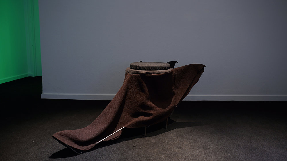 """Kristian Byskov """"Organerne mødes uden deres krop,"""" 2018 (skulptur/møbler og lyd. Lyd i samarbejde med Lil Lacy). Foto: Margarita del Carmen."""