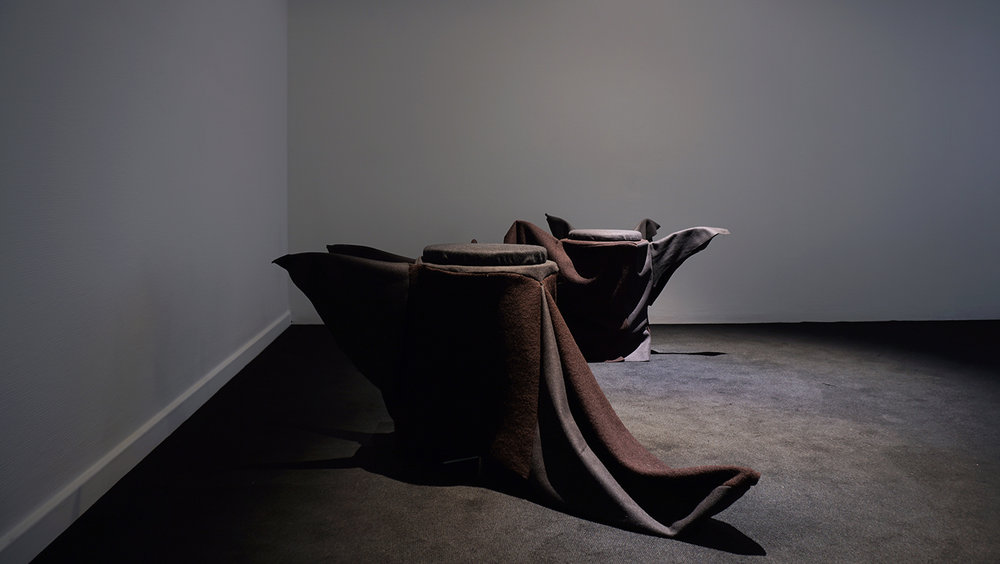 """Kristian Byskov """"Organerne mødes uden deres krop,� 2018 (skulptur/møbler og lyd. Lyd i samarbejde med Lil Lacy). Foto: Margarita del Carmen."""