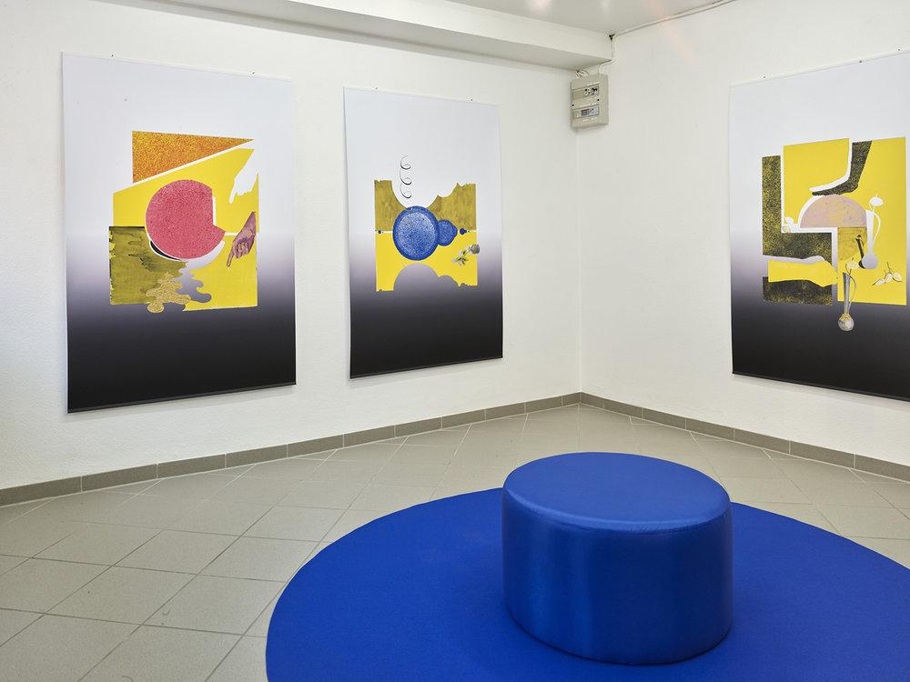 """Sonja Lillebæk Christensen (fra venstre) """"En brudt cirkel, en hånd og en guldudmunding,"""" 2018, """"Blå cirkler, Coleus (plante som vender væk fra solen) i glasvase, spiral (666),"""" 2018 og """"En brudt cirkel, en vase, hænder og Judaspenge,"""" 2018. Foto: Kirstine Mengel."""