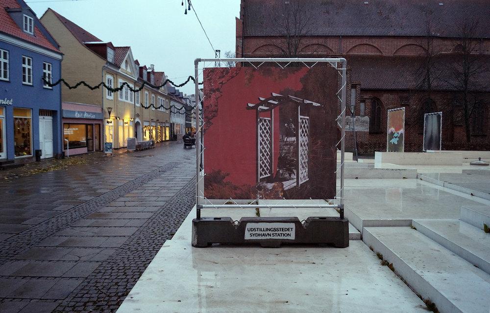 """Louise Bonde-Hansen """"Efterårskomposition,� 2018 (print på banner, 200x200 cm). Værket tager udgangspunkt i en collage i papir. Efteråret er overgangen mellem sommeren, hvor alting står i blomst, til vinteren, hvor det hele visner hen. Foto: Camilla Rasborg."""