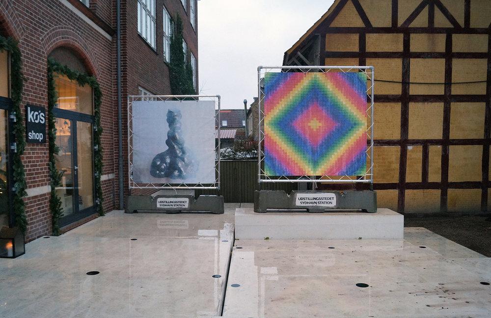 """Anne Skole Overgaard """"Verden rundt,"""" 2018 (print på banner 200x200 cm). Tegningen som er printet på banneret er lavet ud fra det traditionelle patchworkmønster Around the World. Foto: Camilla Rasborg."""