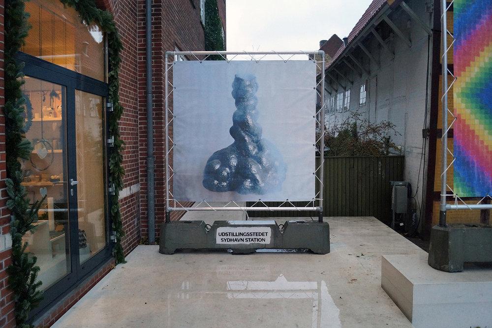 """Nour Fogh """"Organ i Overgang,"""" 2018 (print på banner 200x200cm). Værket, med udgangspunkt i et foto af en iscenesat keramiskskulptur. Foto: Camilla Rasborg."""