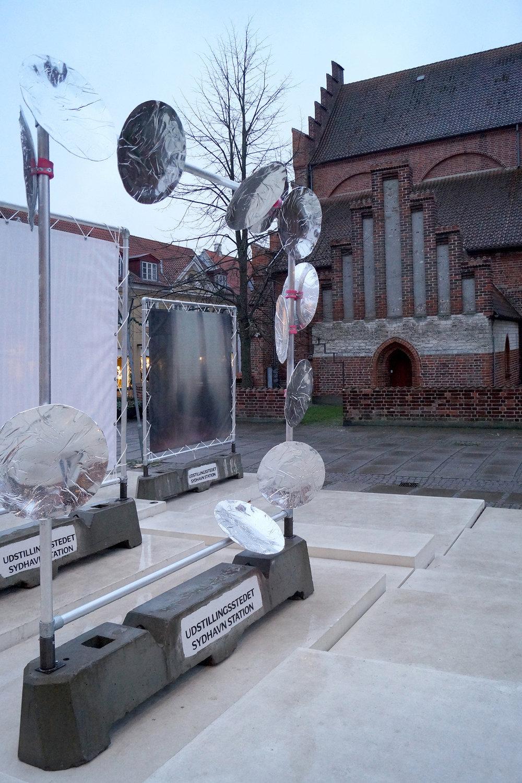"""Julie Falk """"Lille station,"""" 2018 (skulptur/akryl). Lille station er et midlertidigt energifelt, bestående af skulpturelle parabler udført i akryl. Foto: Camilla Rasborg."""