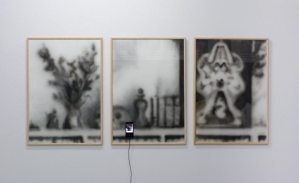 """Jesper Olsen """"Stilleben (For The Love of God, DIY),"""" 2018 (akryl på papir, video på smartphone). Foto: Jesper Olsen."""