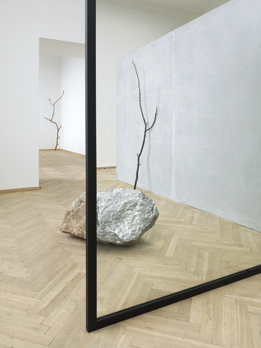 Alicja Kwade, 'Out of Ousia' (2016), 'Parralelwelt (Ast/AntiAst)' (2018). Detalje, Kunsthal Charlottenborg 2018. Foto: Roman März. Courtesy the artist, KÖNIG GALERIE, Berlin / London, 303 GALLERY, New York, kamel mennour, Paris / London. Collection of National Gallery of Australia.