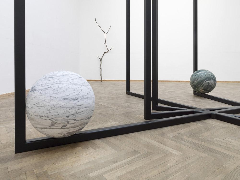Alicja Kwade, 'DrehMoment' (2018), 'Parralelwelt (Ast/AntiAst)' (2018). Detalje, Kunsthal Charlottenborg 2018. Foto: Roman März. Courtesy the artist, KÖNIG GALERIE, 303 GALLERY, kamel mennour.