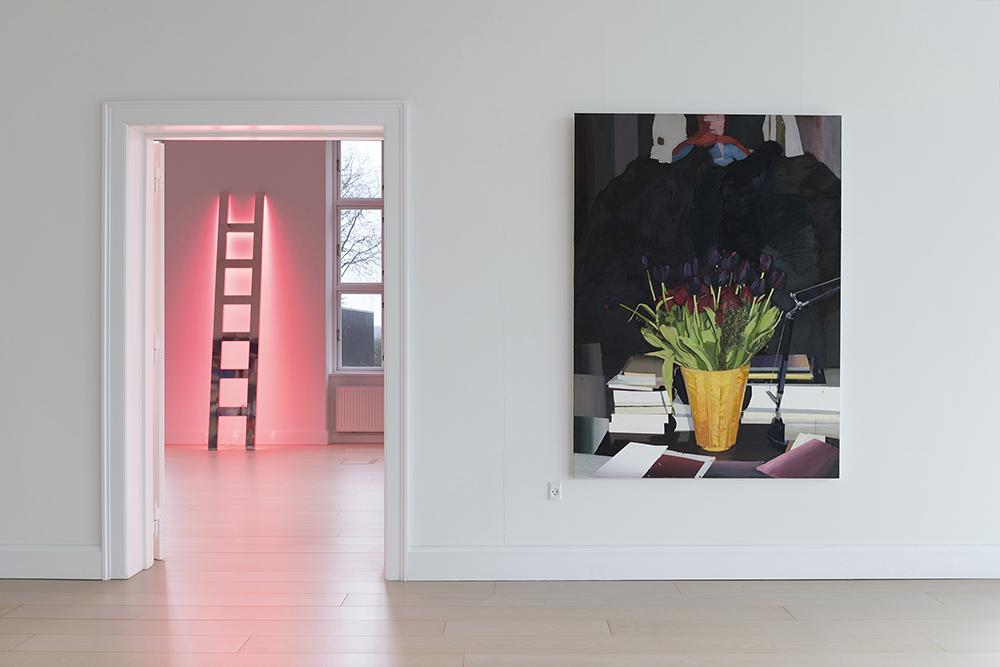 Viera Collaro, Climbing, 1996 (poleret aluminium og neon, 285x50 cm) | Erik A. Frandsen, Stilleben 1, 2018 (olie på lærred, 180x135 cm). Foto: Andreas Bastiansen.