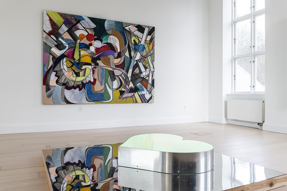 Lars Nørgård, No Chairs Le, 2018 (olie på lærred 175x250 cm) | Viera Collaro, Kærlighed, Tese44, 2016 (aluminium, stål, akryl, RGB dioder, hvide dioder, træ, 180x180 cm). Foto: Andreas Bastiansen.