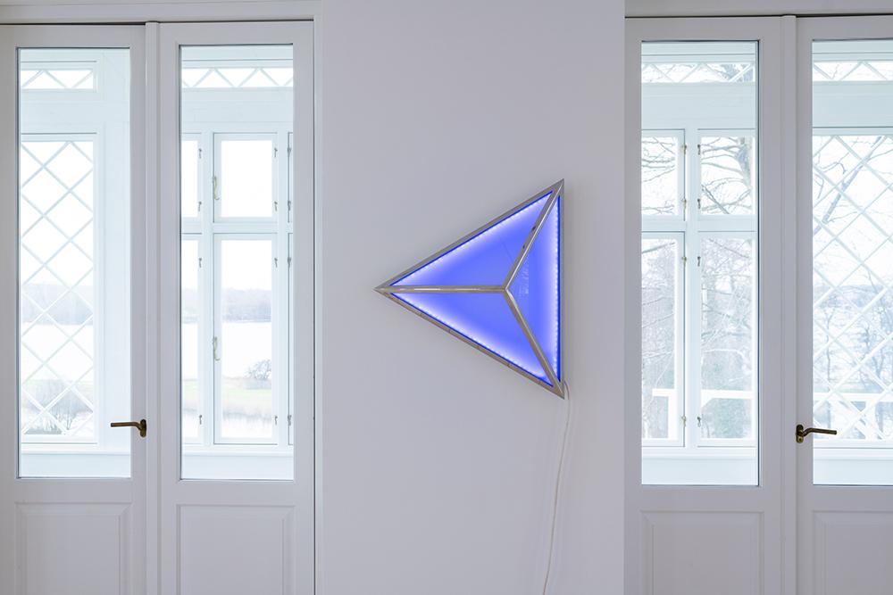 Viera Collaro, Trekant, 2013 (glas, stål og dioder, 72x72x72cm).  Foto: Andreas Bastiansen.