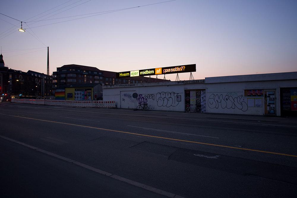 """Peter Holst Henckel """"Hvem ejer midten af paradis?"""" Foto: RoofTop."""