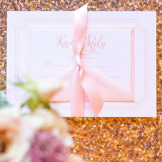 So in ♥️ with the beautiful stationery and gorgeous details from this romantic pink and gold styled shoot we did. 😍😍😍 Swipe right —  Stationery: @invitationarchitects Planner: @pamelahewlettevents Photographer: @niceemartin Florals: @flourishandbloomevents Cake: @penthousesweetschicago Cake Display: @northerndecor Linens: @lcouturelinen Table Decór: @bbjlinen