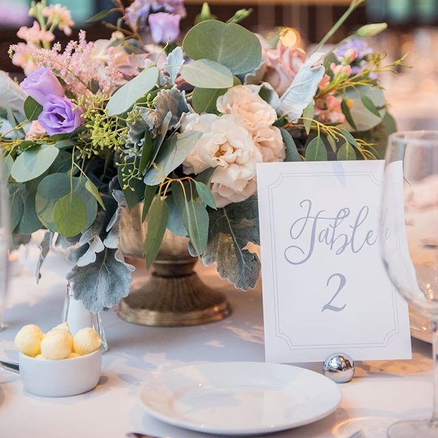 Stationery Tip: You can keep your table numbers super simple when your florals are lush and beautiful like these. Swipe right —  📸: @joylynphoto