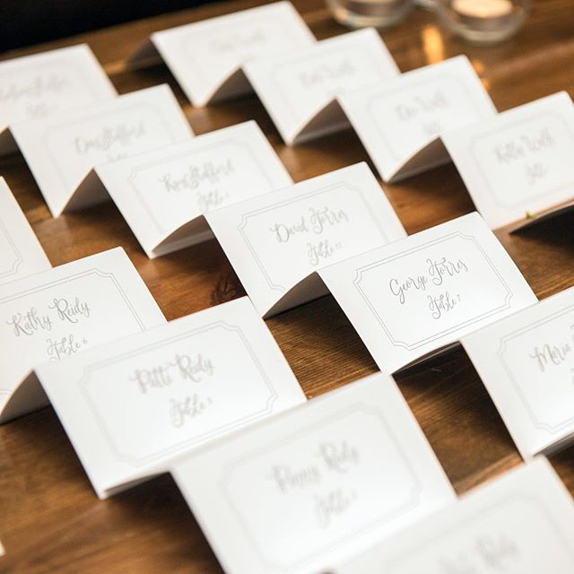 Escort Cards vs. Place Cards: What's the difference? Escort cards are more informal than place cards, and direct guests to a table rather than a seat. Once guests arrive at their table, if there are no place cards, guests can choose their own seat. 📸: @joylynphoto