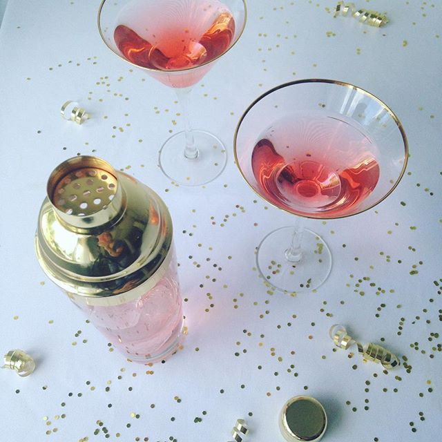 Happy Fri-yayyyy!!!! #friyayyy #friday #celebrate #entertaining #yummm #martini #glassware #editorial #fancy #party #gold #pinkandgoldparty #photographer #indianapolisproductphotographer #productphotography #styledsession #styledstockphotos #styledshoot #studio #naturallight #beautifullight #pretties #creatives #artist