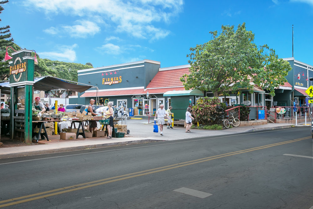 Easy access to an convenience store just up the road.  Farmer's Market every week here!