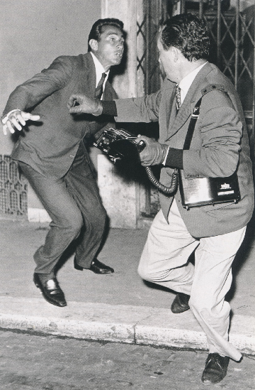Elio Sorci,  Tazio Secchiaroli on the right defends himself from Walter Chiari,  1958