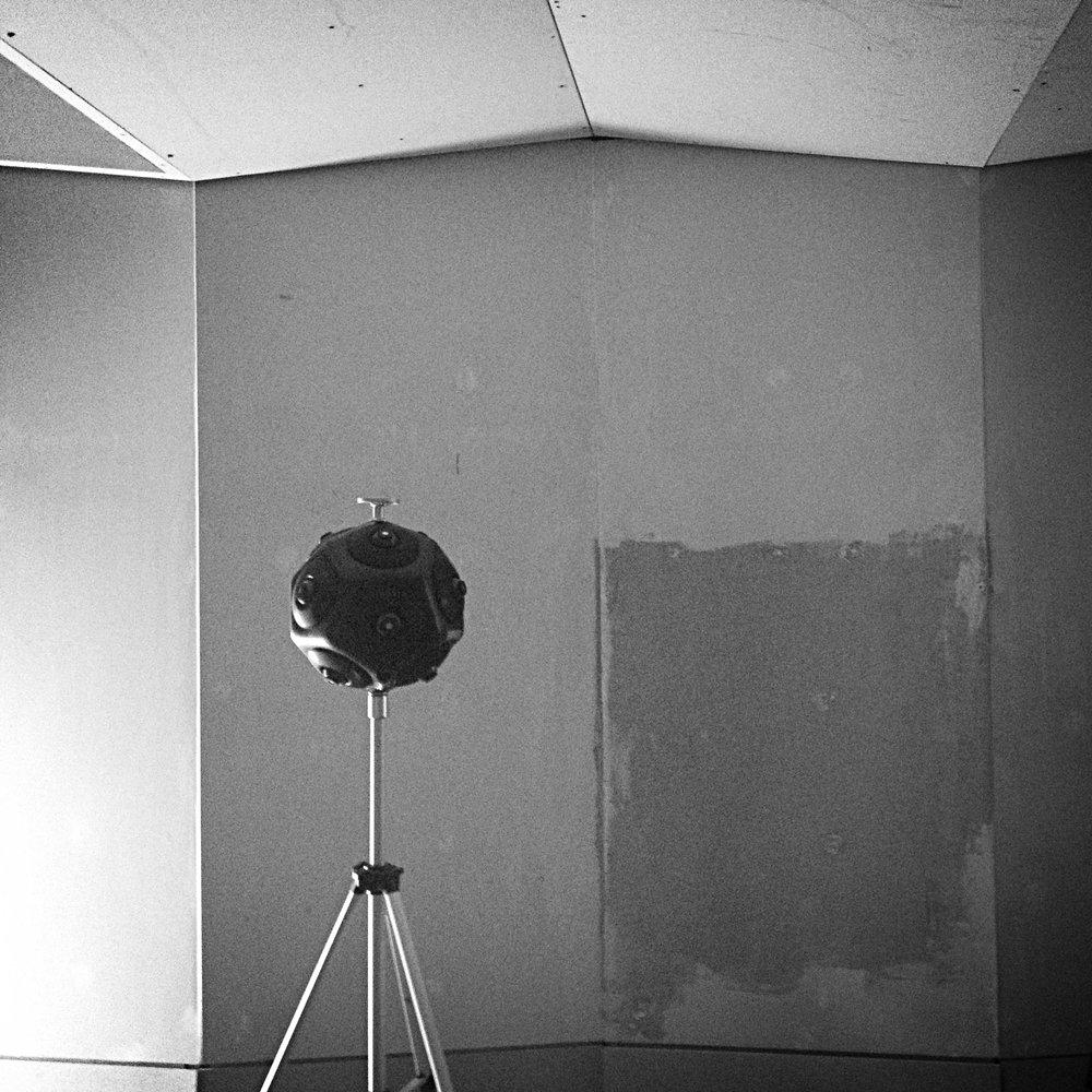 Foto: Raumakustische Messung während der Bauphase des Aufnahmeraums im  Tonstudio Salon Berlin .