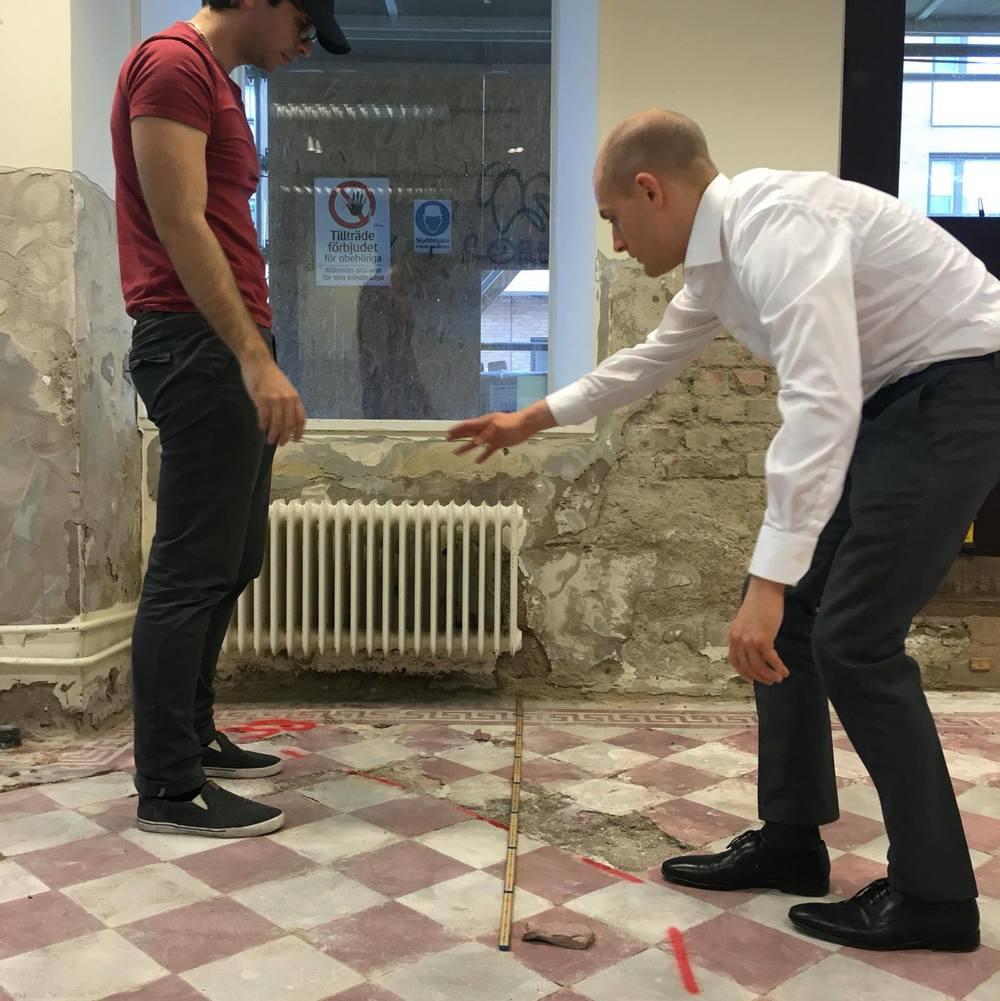 Sebastian! Vi håller på att mäta lokalen! Fokusera nu istället för att försöka nå mina familjejuveler! (Utomordentlig hållning på er båda förresten)