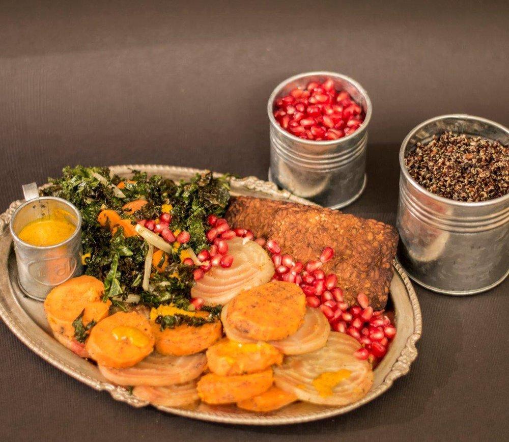 Happy Vegan rostade vintergrönsaker med saffrantahini