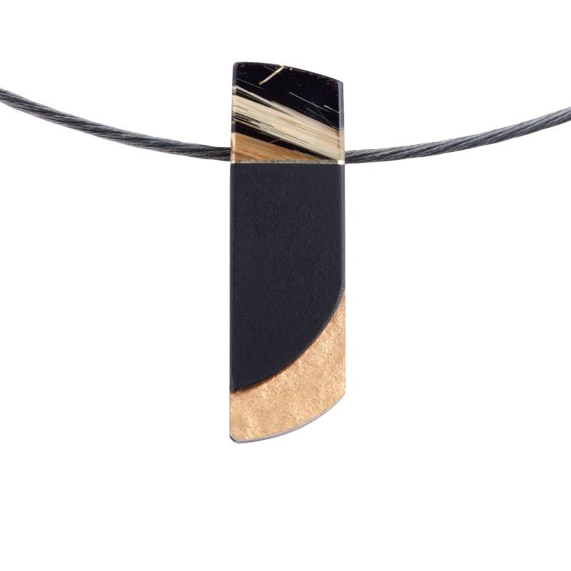 一枚金红石石英融合在长方形的墨玉上,是雕刻大师 SW 的作品,镀有 18K 金。 这款独具匠心的新颖吊坠同时彰显明与暗的魅力。