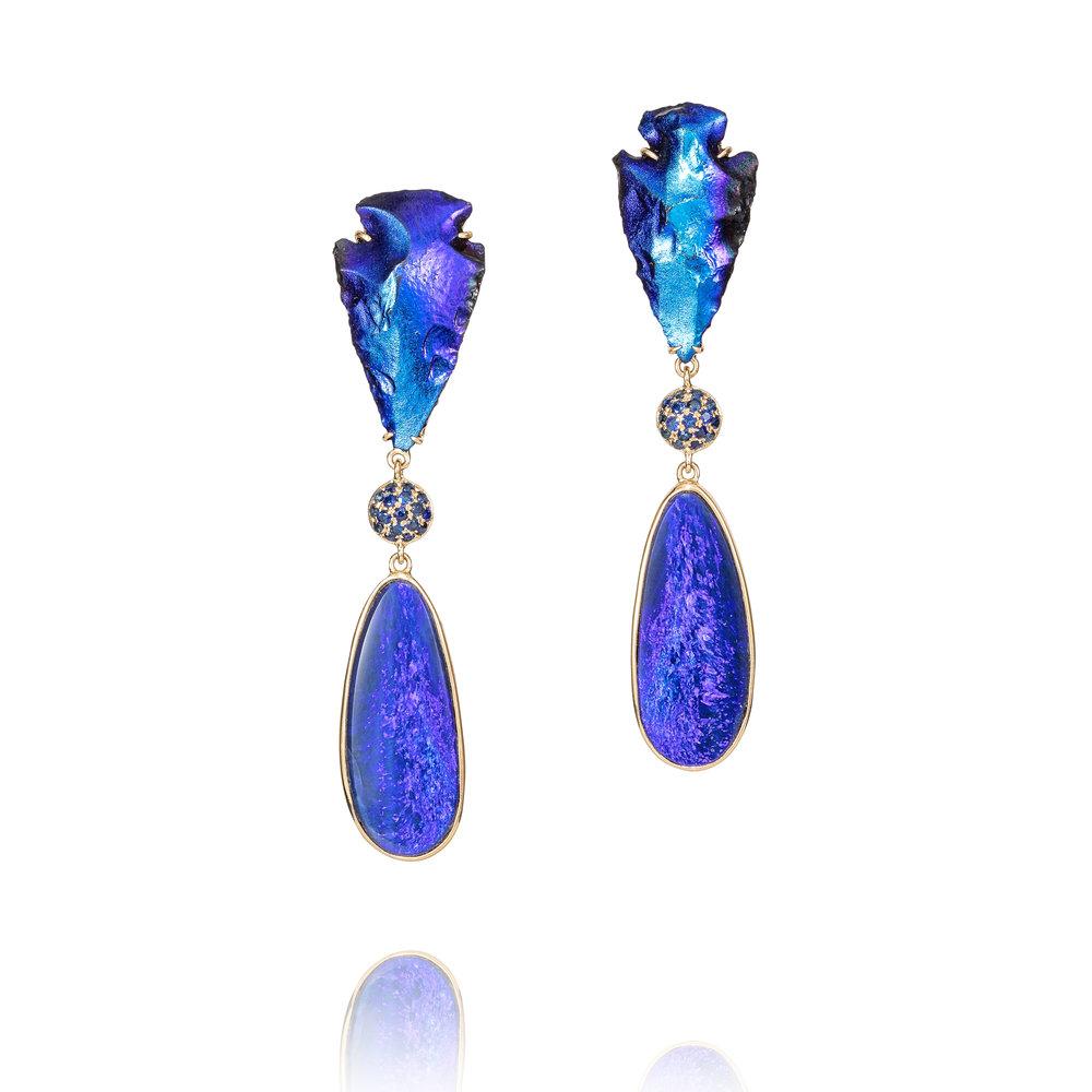 印第安弓箭头镀钛,澳大利亚欧泊(14.12克拉),蓝宝石(0.51克拉),18K黄金镶嵌耳坠