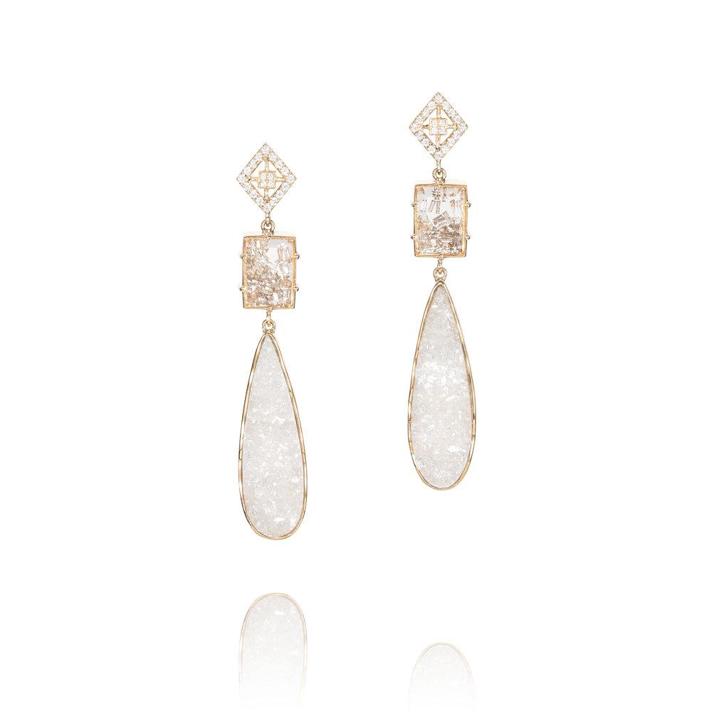 水晶宝盒,内装可活动长方形切割钻石(2.00克拉),群镶钻石(0.26克拉),白水晶晶簇,18K黄金耳坠
