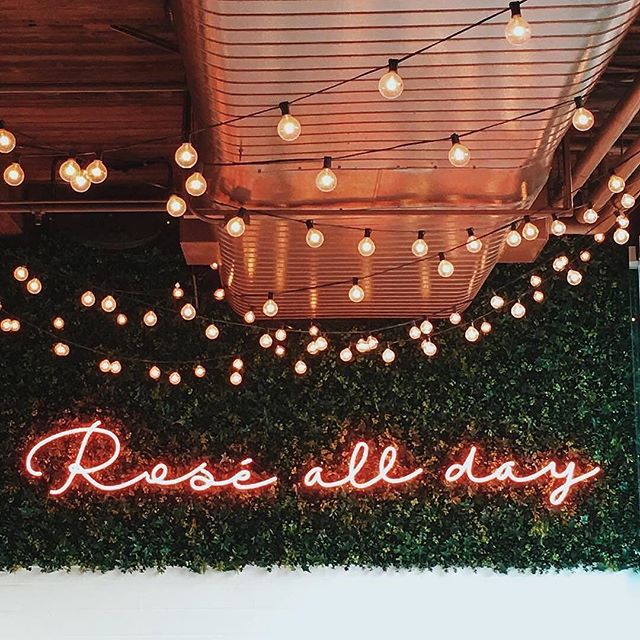 This is how we do Sunday. #rosegoldallday drinking #rosé preferably with some #bubbles. Perfect companions to a #startuplife work day.  #rePLANOLY @cryptonfabric  #Repost @glitterguide ・・・ ✨🍷 @thehamptonsocial #chicago #gglocalgems  Sent via @planoly #planoly