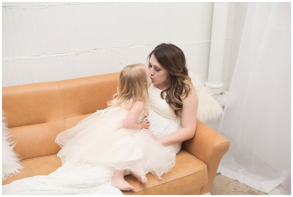 reno maternity photographer mother daughter sofa kristi gayton photography