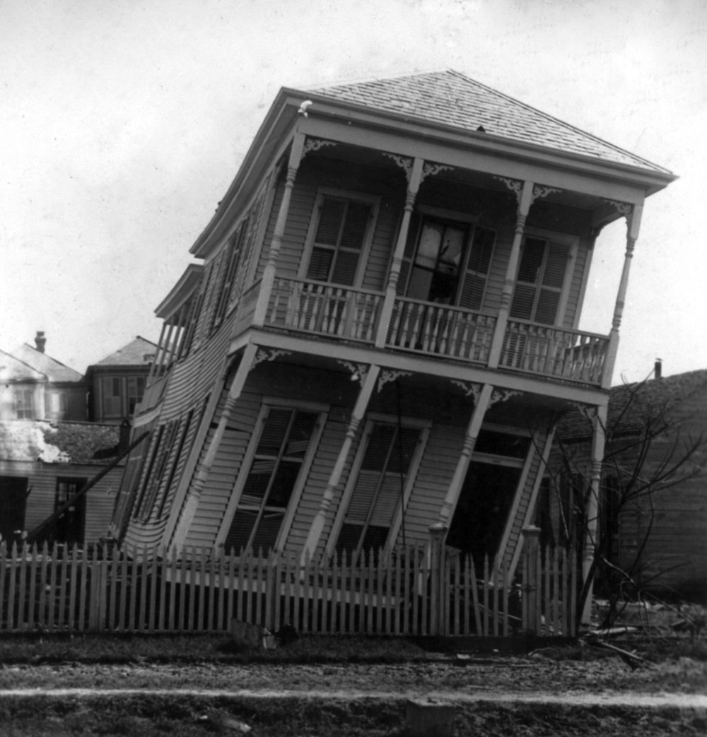 Twisted_house,_Galveston_hurricane,_1900.jpg