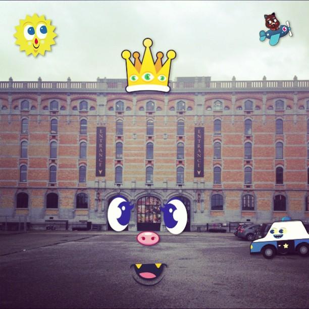 Tour & Taxis is plots iets minder saai dankzij #heyheypix! Nu in de app store voor minder dan een eurootje #heyheyapps  (at Tour & Taxis)