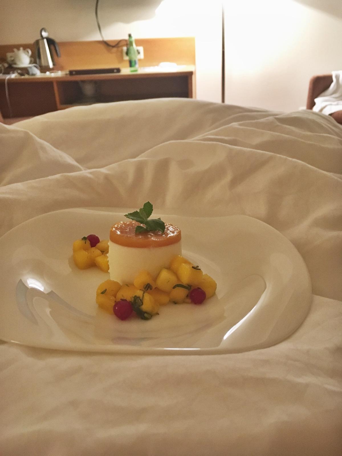 leckeres Passionsfruchttörtchen vom Abendessen - habe ich dann einfach im Bett zu mir genommen, because I can :D