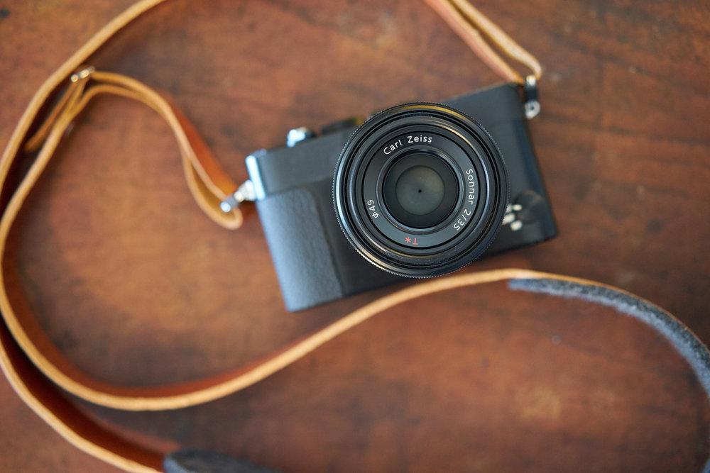 Die Sony RX1R: Trotz ihrer kompakten Ausmaße beherbergt sie einen Vollformat-Sensor, der in Kombination mit dem hervorragenden Zeiss 35mm Objektiv für eine herausragende Bildqualität sorgt.