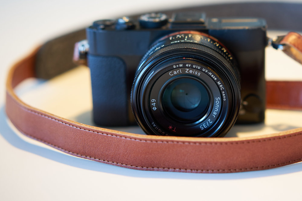 """""""Camera Case Modding"""": Einfaches Masking Tape verdeckt die Schriftzüge auf der Front und der UV-Filter ersetzt den Objektiv-Deckel -so ist das Objektiv geschützt und die Kamera immer einsatzbereit."""