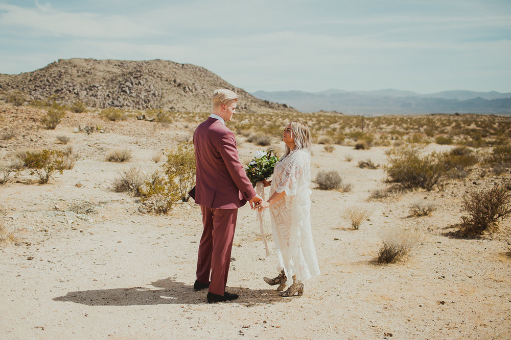 taryn-adam-joshua-tree-elopement-kelley-raye-los-angeles-wedding-photographer-91.jpg