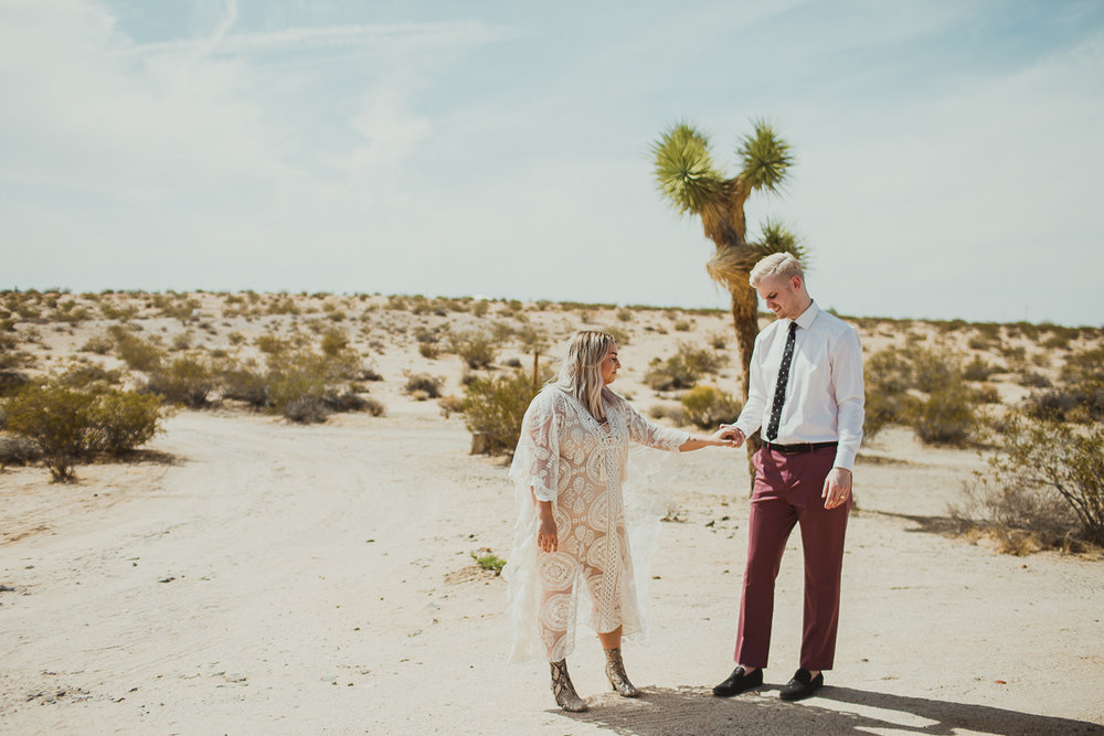 taryn-adam-joshua-tree-elopement-kelley-raye-los-angeles-wedding-photographer-113.jpg