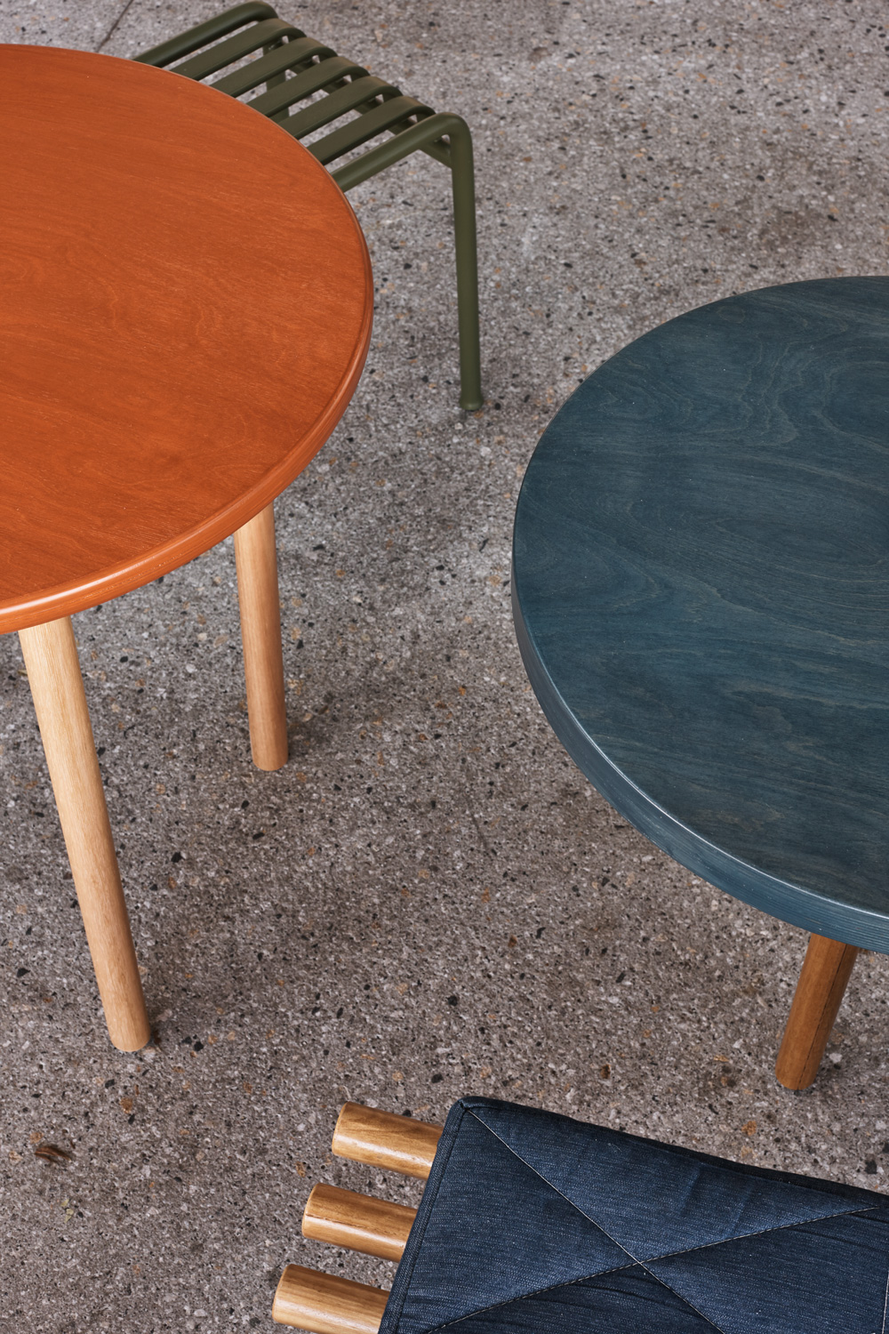A series of timber stained table tops provided a gallery like experience to the outdoor seating. These were paired with custom concrete and timber seating benches. The rich blues and burnt ombres inspired by the folded paper burger icons