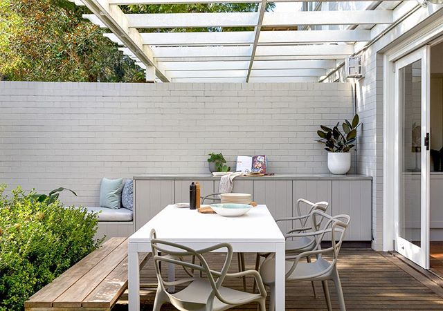 This space was *made* for long weekends! The brief for our Balgowlah project stemmed from the need for more outdoor space to entertain, so we installed all new furniture, designed a BBQ area and a long bench seat, which is perfect for kids or a glass of wine and a book. Plenty of storage means all the mess is out of the way 👌🏼👌🏼👌🏼 📸 @jacqui_turk
