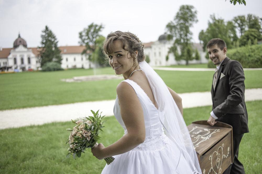 S-wedding - • Rendelkezésre állás: 4 óra (helyszínre érkezéstől a helyszín elhagyásáig)• Tartalom: ceremóniafotózás, zsánerképek, kreatív fotózás, pohárköszöntő az ebéd vagy vacsora helyszínén• Átadott kidolgozott képek száma kis és nagy felbontásban: korlátlan• Retusált képek száma: 20 db• Képek átadása: online letölthető saját szerverről és jelszóval védett webgaléria• Díjmentes kiszállás Budapest határain belül és Pest megye Északi régióiban• Ajándék: A4 méretű fakulásmentes Giclée nyomat• Ár: 75 000 Ft